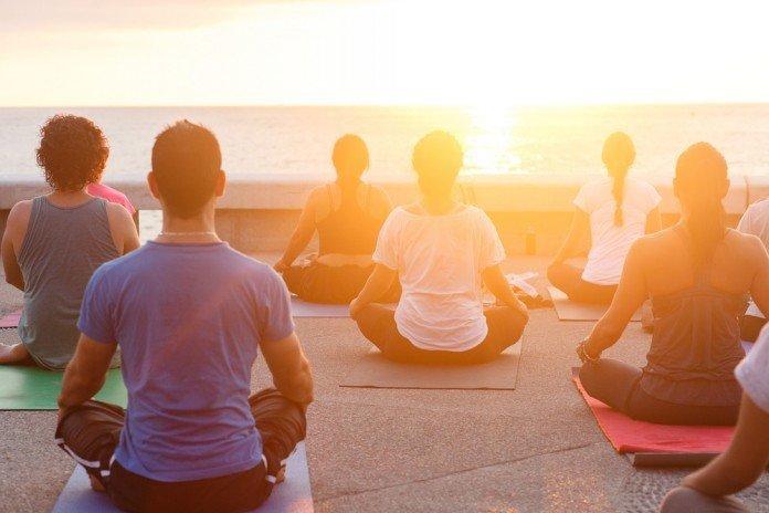 Yoga Rückenschmerzen Entspannung Gruppe Übungen