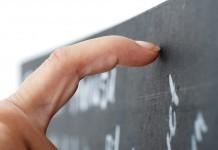 Gehirn Geräusche Quitschen Alarmsignal Tafel Finger Gänsehaut