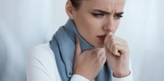 Inhalieren Erkältung Halzschmerzen Frau
